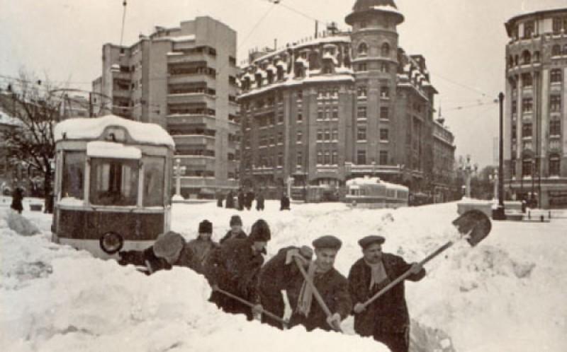 """VIDEO 1969: """"Împotmoliţi în frumos"""" - Urmăreşte un buletin de ştiri despre ninsorile de altădată din România"""