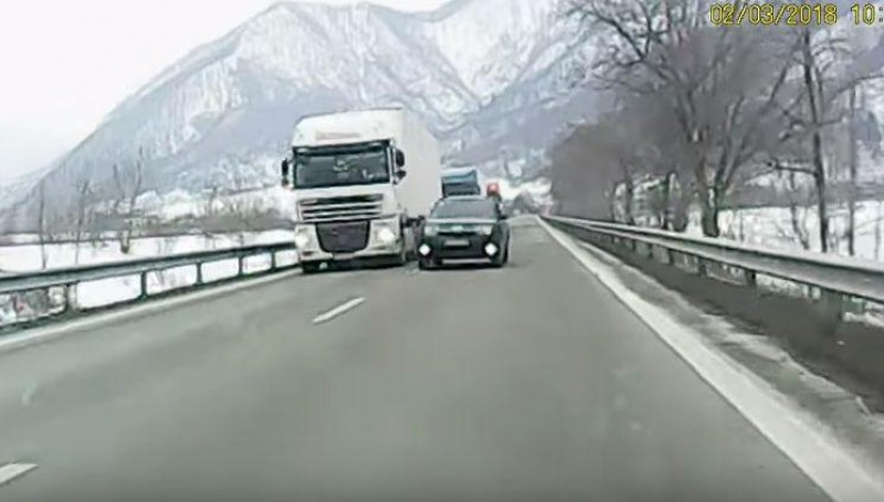 """VIDEO - 40 de secunde relevante despre cum se conduce în România: """"Ăștia suntem, cu ăștia ne chinuim!"""""""