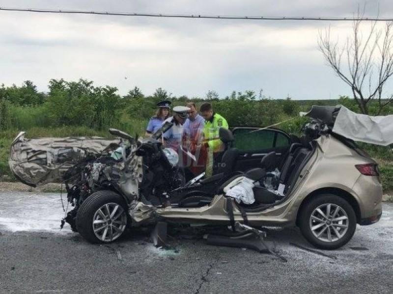 VIDEO A murit la volanul maşinii nou-nouţe. Bărbatul s-a izbit într-un microbuz al firmei Priscom Botoșani, apoi a fost lovit de autocarul din Moldova!