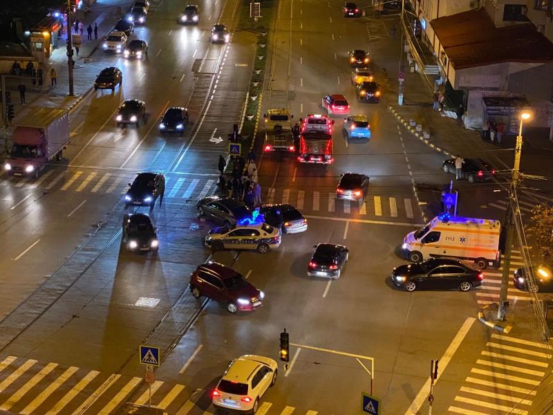 """VIDEO: Accident soldat cu un rănit, după ce un tânăr de 19 ani cu permisul suspendat a trecut pe """"roșu"""""""