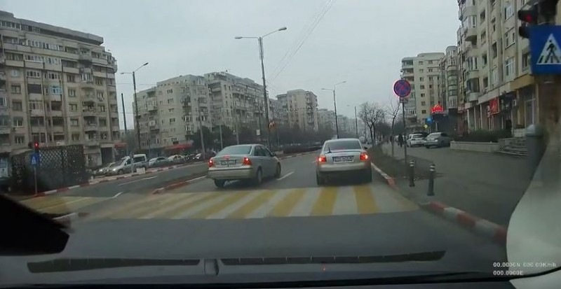 """VIDEO - Ai grijă pe cine """"deranjezi"""" în trafic! Polițiștii circulă cu mașini neinscripționate! Uite ce a pățit un șofer!"""