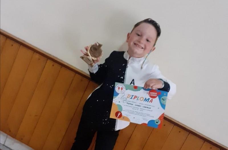 """(Video) Andi Pușcașu, micuțul botoșănean care a obținut premiul I, categoria Interpretare, la """"Mamaia Copiilor"""""""