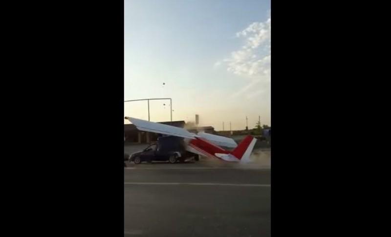VIDEO Ăsta da accident! Un avion a intrat într-o mașină oprită la o trecere de pietoni!