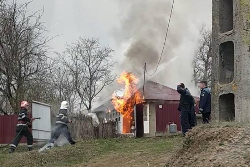 VIDEO - Casă cuprinsă de flăcări în satul Poiana. O femeie a ajuns la spital!