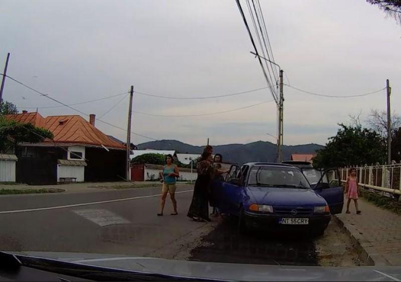 VIDEO - Câți români încap într-o mașină de cinci locuri?