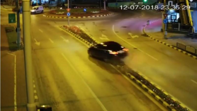 VIDEO - Ce face un șofer după un accident într-un sens giratoriu din Suceava!