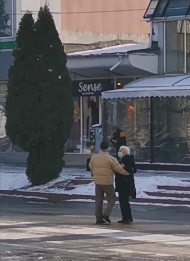 (VIDEO) Dansul unui cuplu de vârstnici, în plină stradă, a devenit viral pe internet