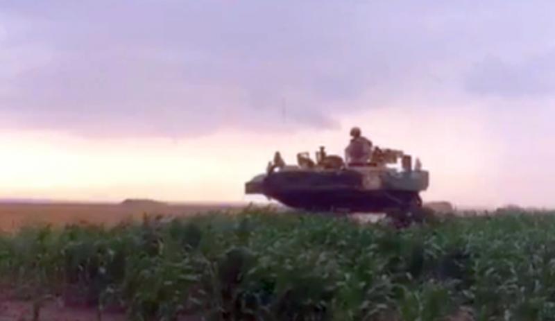 """VIDEO. Dintr-o eroare, soldații americani au intrat cu tancurile în culturile agricole. """"Am intrat între tancuri, dar nu ne-au băgat în seamă, ne-au sfidat!"""""""