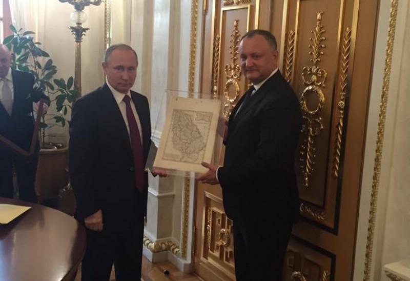 """VIDEO Dodon a primit de la Putin o hartă a Moldovei istorice: """"Dacă Imperiul rus nu s-ar fi oprit la Prut, am fi avut acum o Moldovă întregită"""""""