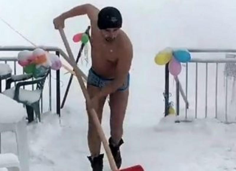 """VIDEO - El este românul la care se uită toată Italia: """"În România am curățat zăpada în chiloți când era și mai ger!"""""""
