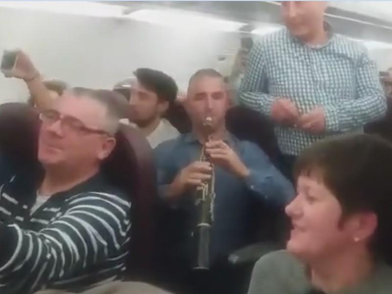 VIDEO emoționant: Colinde românești într-un avion care pleacă spre Marea Britanie!