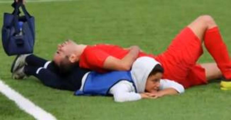 VIDEO - Faza zilei în fotbal: Cum a ajutat un copil de mingi un fotbalist care nu putea să respire!