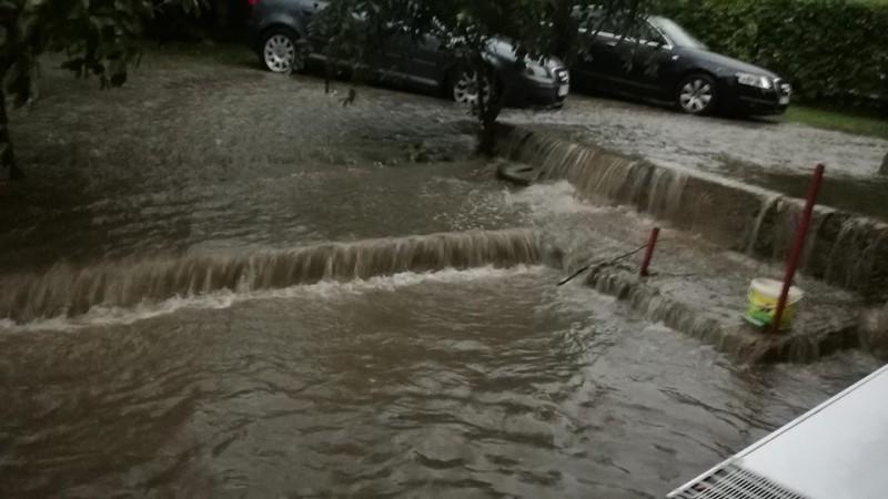 VIDEO, FOTO - Panică într-o zonă a municipiului Botoșani, din cauza apei care intră în case!