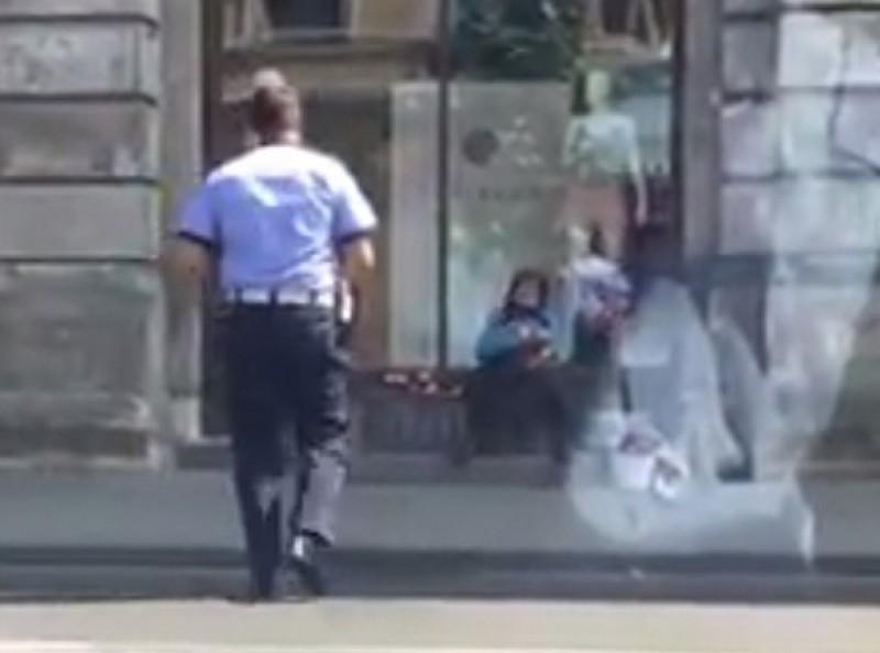 VIDEO. Gestul unui poliţist faţă de o bătrână care vindea flori