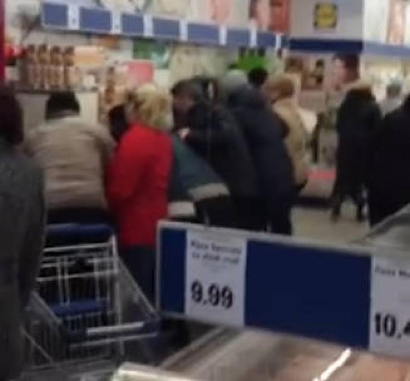 VIDEO Hârtie igienică la ofertă. Sau cum poți să faci fericiți niște români!