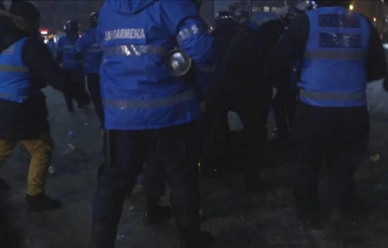 VIDEO incredibil din timpul violenţelor din Piaţa Victoriei: Jandarmii şi-au BĂTUT UN COLEG, crezând ca e huligan!