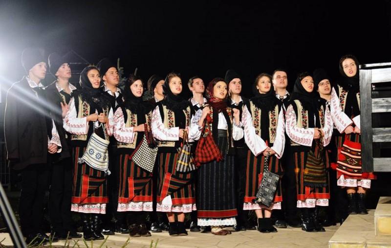 """VIDEO Iustina Irimia-Cenușă și grupul vocal """"Dorulețul"""" ne colindă: """"Ia sculați, boieri, sculați"""""""