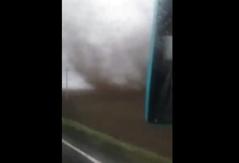 VIDEO Momentul când un autocar este lovit de tornada din Călărași și apoi se răstoarnă