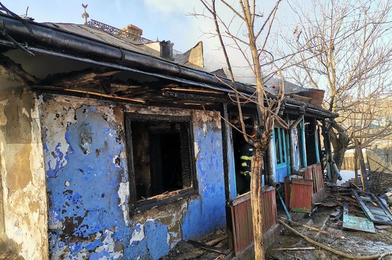 VIDEO: O locuință a fost distrusă într-un incendiu la Cerchejeni! Atenție la jarul căzut din sobă, spun pompierii de la Botoșani