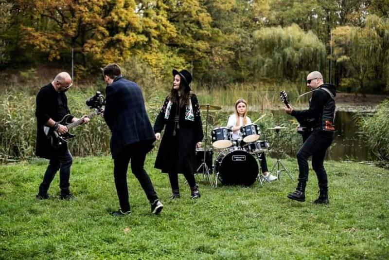 """VIDEO: """"O piesă de frustrare"""" rupe internetul. Patru artiști botoșăneni cântă despre noroc, în ritmuri rock și populare"""