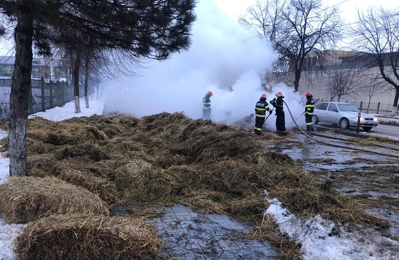 VIDEO: O platformă auto încărcată cu baloți de fân a luat foc în Zona Industrială a municipiului Botoșani