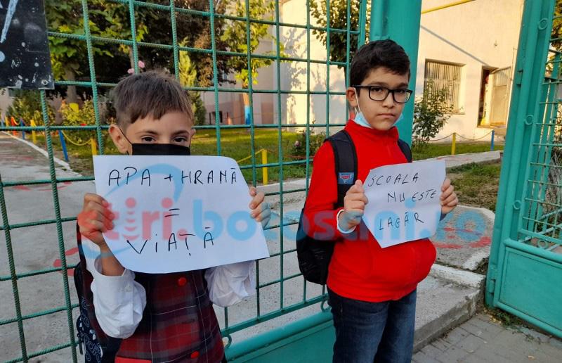 """VIDEO: Protest al părinților la o școală din Botoșani. """"Sunt reguli de pușcărie""""; """"Ce lege e aia care nu lasă copiii să mănânce și să bea apă?"""""""