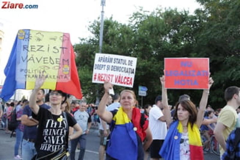 VIDEO - Protest in fata Guvernului: Referendum pentru toti sa stim daca suntem hoti! Anticipate!