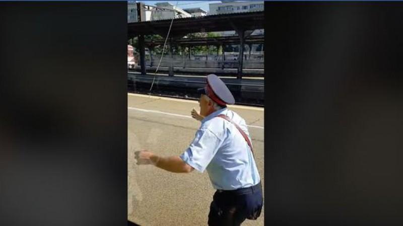 """VIDEO - """"Nașul"""" a pierdut trenul! Momentul în care un tren Săgeata Albastră pleacă din gară fără conductor"""
