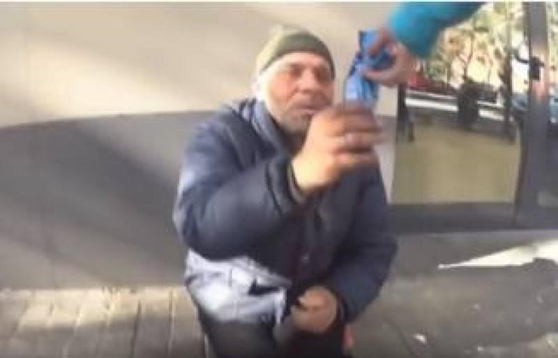 VIDEO - Riscă închisoarea, după ce și-a bătut joc de un cerșetor român: A înlocuit crema de la biscuiți cu pastă de dinți!