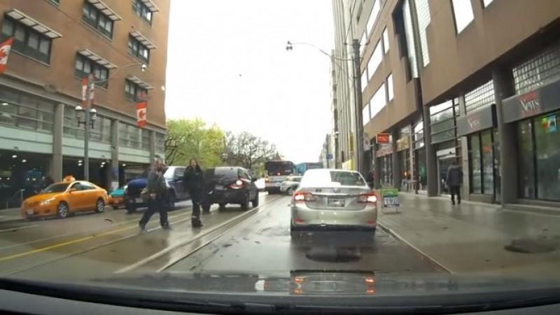 VIDEO Românii și vechile obiceiuri! Cum se comportă un român care circulă pe străzile din Canada?