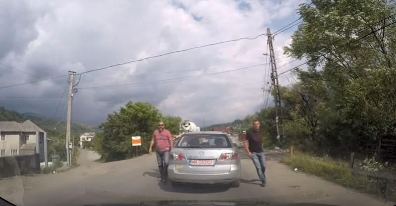 VIDEO Se întâmplă în România! Au fost claxonați și au sărit la bătaie!