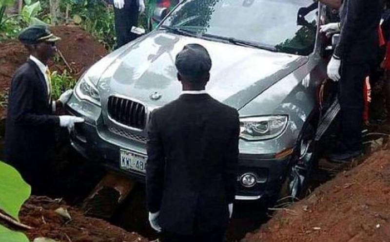 VIDEO - Şi-a îngropat tatăl într-o maşină de lux