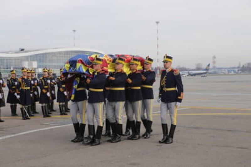 VIDEO - Sicriul cu trupul neînsuflețit al Regelui Mihai a fost adus în țară!