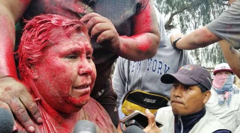 VIDEO: Șoc în Bolivia! Protestatarii au prins o primăriță, au tuns-o și vopsit-o în roșu, apoi au plimbat-o pe străzi să o vadă toată lumea!