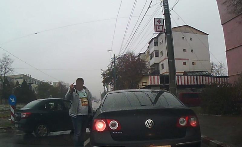 VIDEO: Șofer blocat în trafic de un alt conducător auto! A lovit mașina și a arătat semne obscene, după o șicanare în trafic!