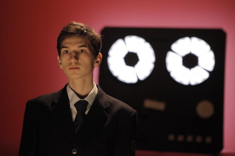 """VIDEO: """"Tipografic majuscul"""", premieră de gală la Botoșani. Un tânăr actor, absolvent al """"Laurianului"""", este invitatul special"""