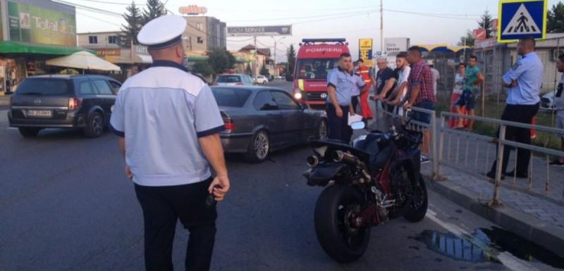 VIDEO Trei romi, aflaţi într-un BMW, bătuţi măr după ce au şicanat în trafic un motociclist, care era luptător de K1!