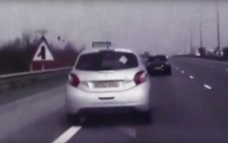 VIDEO Un politist britanic a reusit sa opreasca, folosind masina de politie, un autoturism in care se afla o femeie lesinata la volan si bebelusul ei