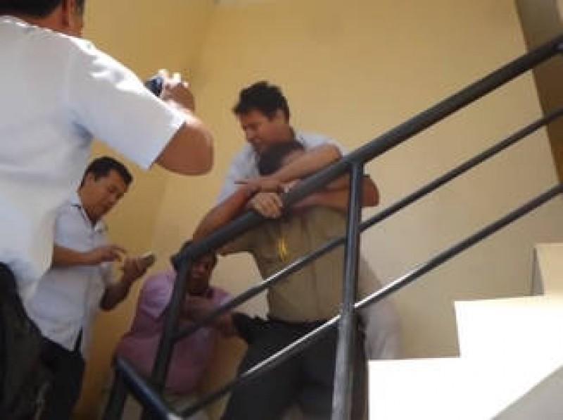 VIDEO Un politist prins in flagrant de colegi si-a inghitit mita!