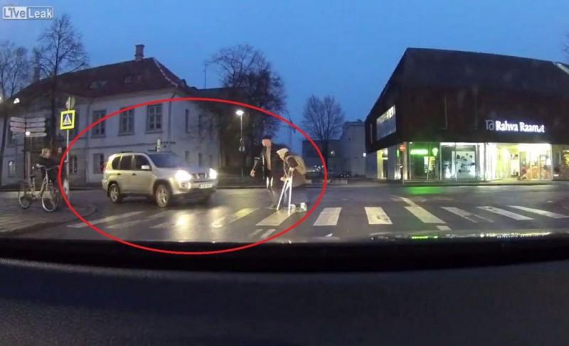 VIDEO Un șofer a vrut să ajute o bătrână, dar a uitat să tragă frâna de mână. Ce s-a întâmplat!