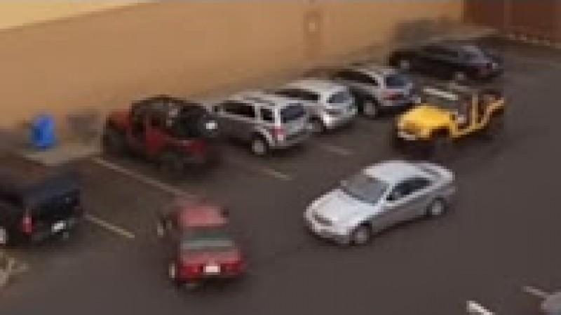 VIDEO Un şofer lipsit de respect îi ocupă locul de parcare. Cum vi se pare reacţia proprietarului de Jeep?