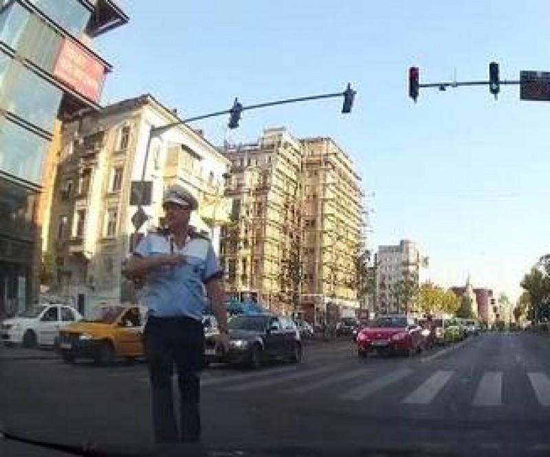 VIDEO Un sofer neindemanatic l-a facut pe un politist sa se inchine