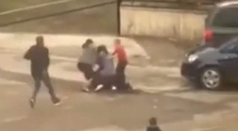 VIDEO: Vecinii noștri! Două femei din Suceava s-au bătut până la sânge pentru un loc de parcare!