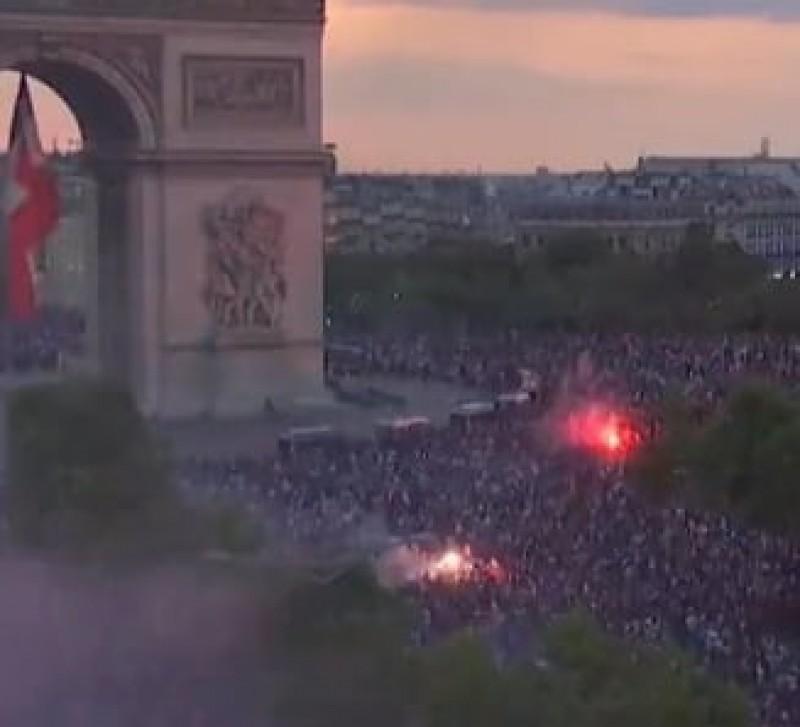 VIDEO - Violente in Franta dupa castigarea Cupei Mondiale: Masini incendiate, sute de oameni arestati si doi morti