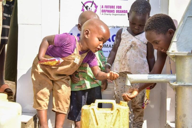 (Video) Zi de mare sărbătoare pentru mii de africani. Datorită botoșăneanului Vlad Plăcintă, peste 2000 de suflete vor avea acces la apă potabilă