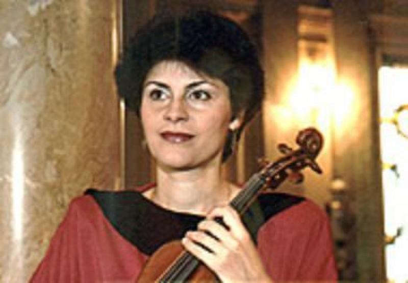 Violonista Cristina Anghelescu și flautistul Marian Ioan Olaru, pe scena Filarmonicii Botosani