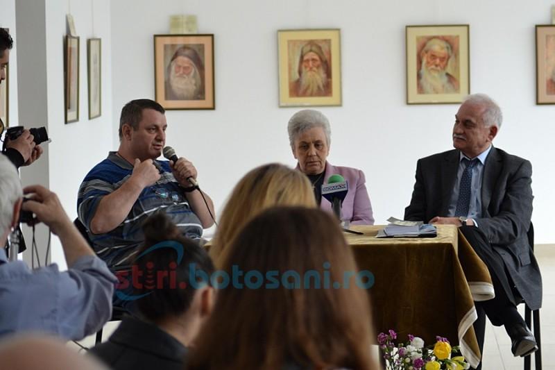"""Viorel Ilișoi: """"Scriu literatură ca un reporter și scriu reportaj ca un scriitor"""""""