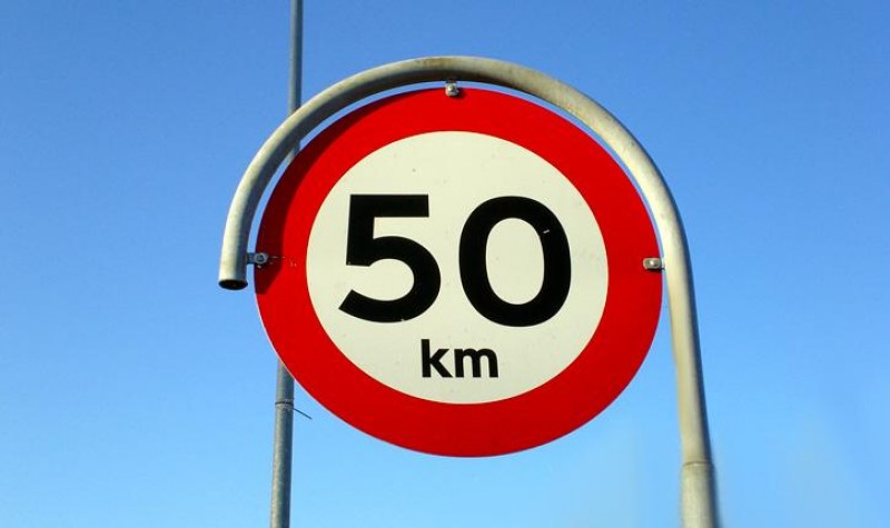 Viteza maximă cu care pot circula șoferii în localități ar putea crește