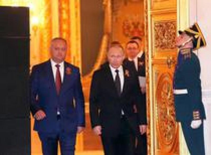 Vladimir Putin il ironizeaza pe Igor Dodon. Gestul lui Putin, interpretat de experti ca un semn de dispret fata de liderii slabi