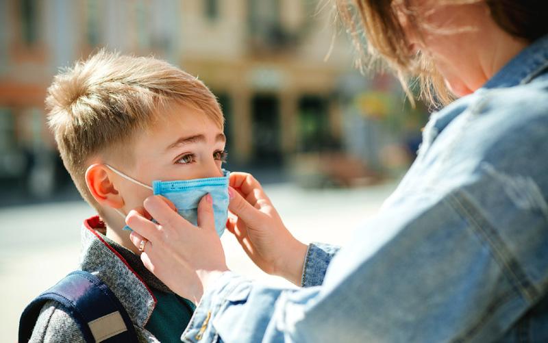 Vom purta mască obligatoriu cel puțin până la finele 2021